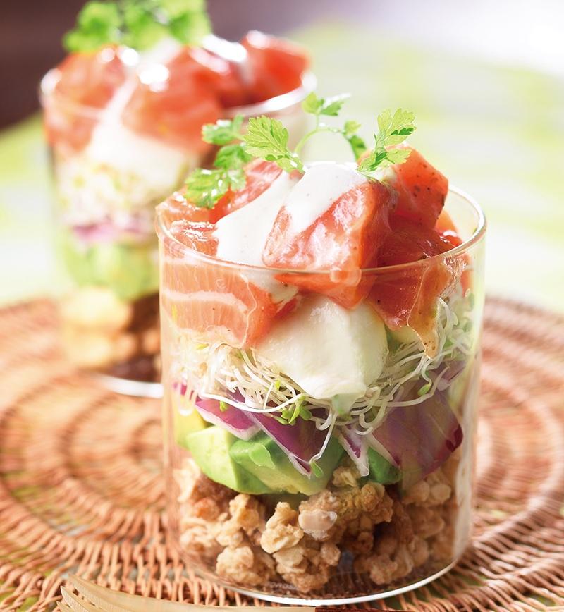 サーモンとグラノーラのパフェサラダ レシピ画像