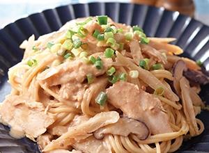 サラダチキンとごぼうの豆乳味噌スパゲッティ