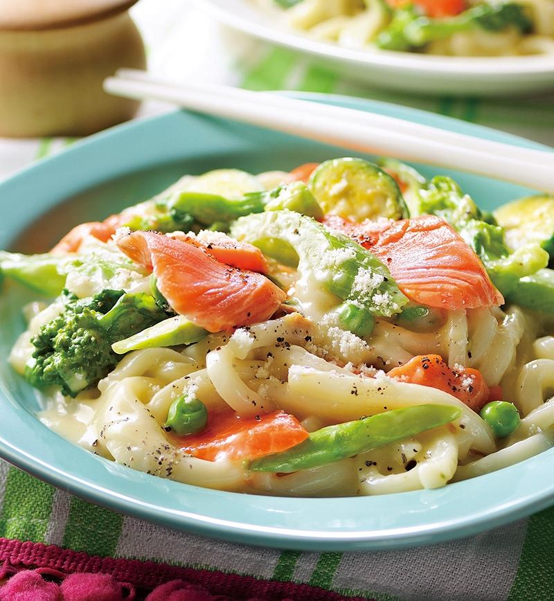 サーモンと春野菜のカルボナーラうどん レシピ画像