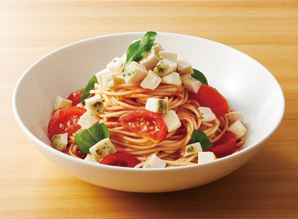 サラダチキンでつくる!トマトのビネガーソースとバジルチキンの冷製パスタ