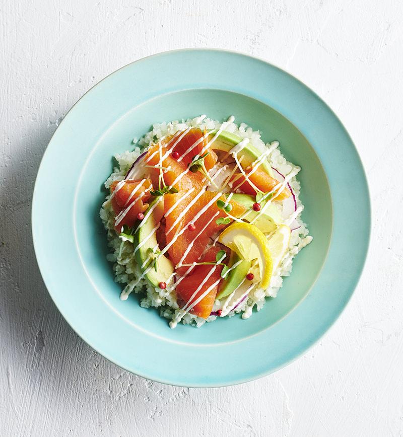 ごはんをカリフラワーに置きかえた サーモンアボカド丼 レシピ画像