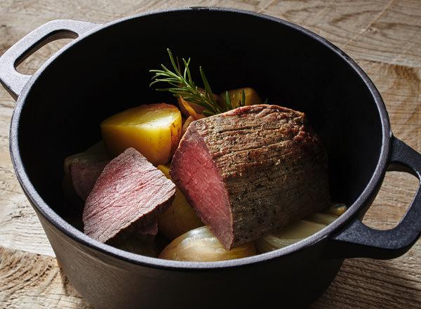 鋳物ホーロー鍋で作る 本格ローストビーフ レシピ画像