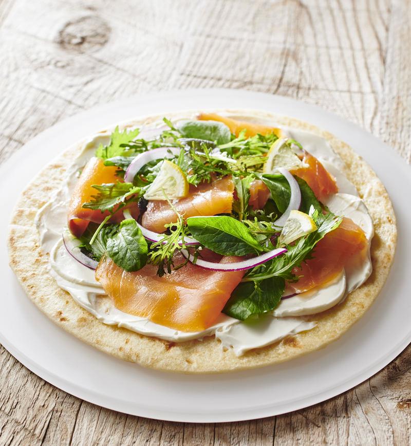 スモークサーモンのサラダピザ レシピ画像