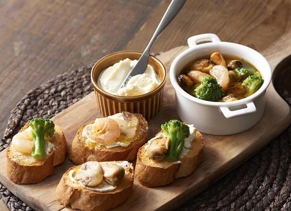 ムール貝とエビの具材ごろごろガーリックトースト レシピ画像