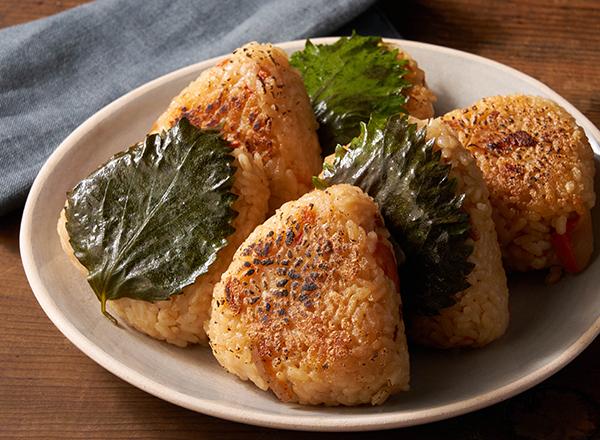 カリカリおこげが食欲そそる!鶏五目焼きおにぎり レシピ画像