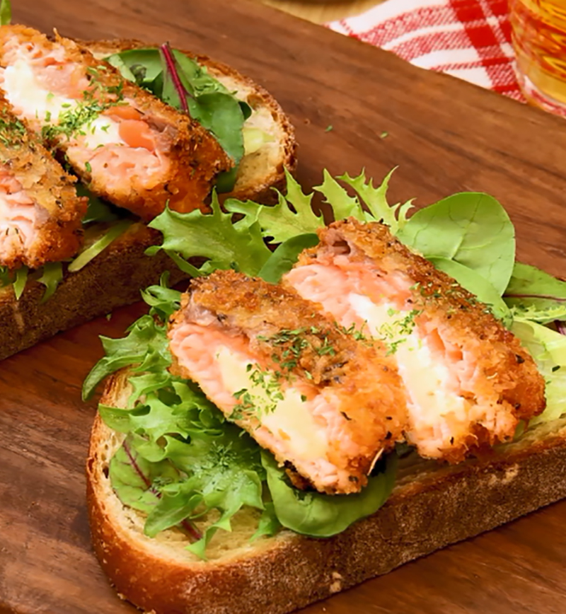 チーズ入り!サーモンカツのオープンサンド レシピ画像