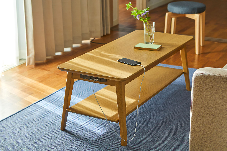 遮熱機能付きカーテンは、省エネの味方。USBポートとコンセント付きテーブルはスマホの充電やゲームにも便利。