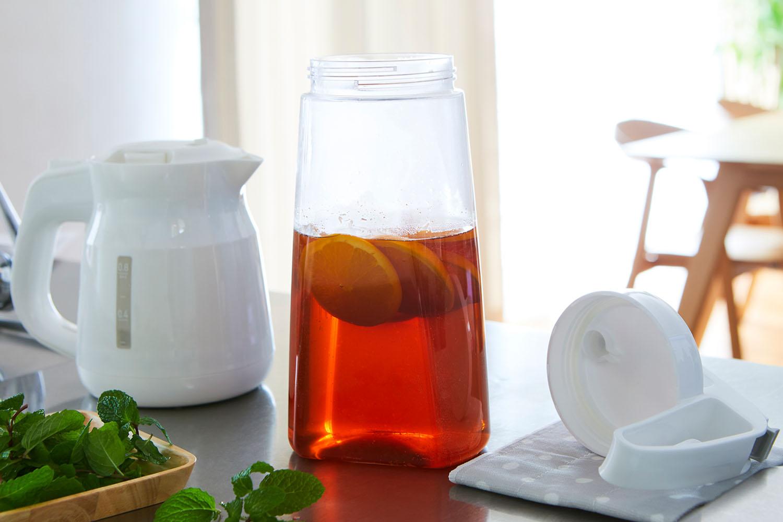 片手でワンプッシュで注げ、熱湯も入れられるピッチャー。冷めたらフタをして、冷蔵庫で横置きできます。