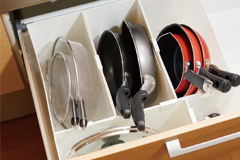 フライパンやストレーナーもファイルボックスに立てればすっきり取り出しやすく。