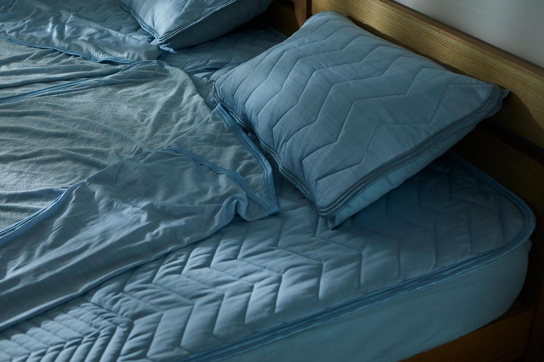 寝返りするたびに冷たくて気持ちいい。四スミのゴムがない置くだけ簡単な敷パッドで家事の時短に。